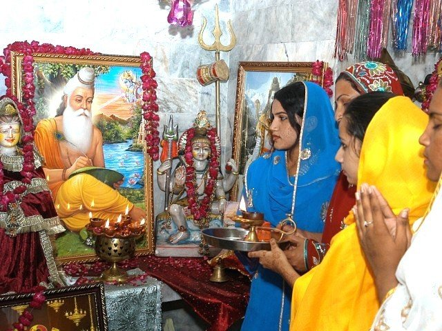 Do I have to become Muslim to survive in Pakistan? – The ... Hinduism People Worshiping