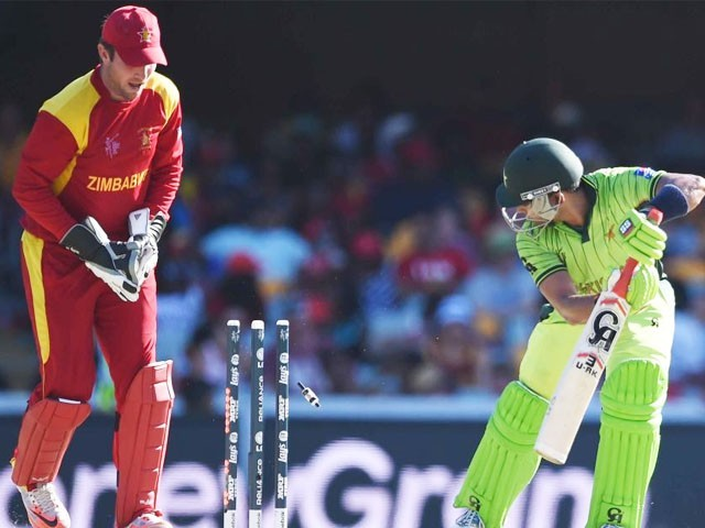 Sean Williams took the wickets of Umar Akmal (R) and Shahid Afridi as Zimbabwe restricted Pakistan to 7 for 235 off 50 overs. PHOTO: AFP