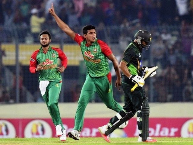 Bangladesh cricketer Taskin Ahmed (C) reacts as Shakib Al Hasan (L) looks on after the dismissal of Pakistan cricket captain Azhar Ali (R) during the first One Day International cricket match between Bangladesh and Pakistan at the Sher-e-Bangla National Cricket Stadium in Dhaka on April 17, 2015. PHOTO: AFP