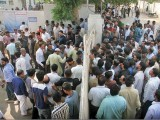 The licence branch at Nazimabad closed its gates to the public as hundreds thronged to the office to apply for their licences in the wake of the traffic police's warning. PHOTO: ONLINE