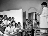 A teacher addresses students at the Sindh Muslim College in 1947. PHOTO: GETTY